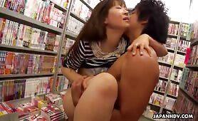 Im Porno Laden fickt er seine Asia Freundin