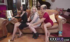 Drei Titten Lesben machen es auf der Couch